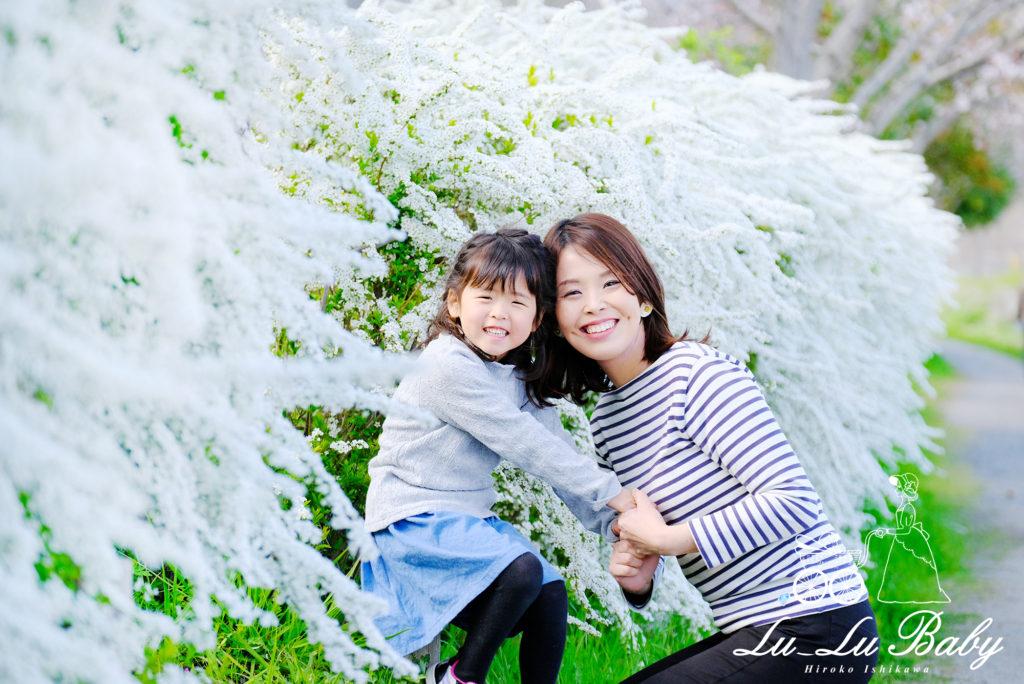 雪柳を背景に母娘でニッコリ