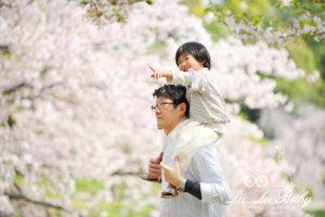 桜をバックにご家族撮影