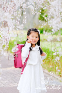 枝垂れ桜をバックに入学記念撮影