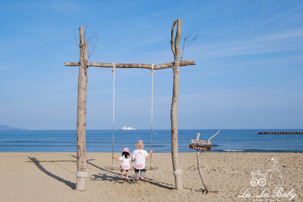海辺での撮影 ブランコに乗る母娘